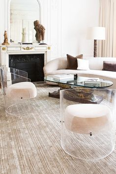 A Parisian apartment decorated by Chahan Minassian. I normally hate ghost chairs. - Design Home Acrylic Furniture, Glass Furniture, Luxury Furniture, Furniture Design, Lucite Furniture, Lucite Chairs, Luxury Sofa, Sofa Design, Cheap Furniture