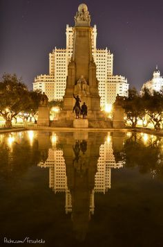Plaza de España Madrid, Spain I would like to visit this place because I like how it is all lit up and I am kinda curious as to which people of Spain's history the statues are of. Cool Places To Visit, Places To Travel, Places To Go, Paris Tourist Attractions, Travel Around The World, Around The Worlds, Spain History, Foto Madrid, Madrid Travel