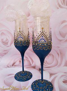 Glass Bottle Crafts, Diy Bottle, Bottle Art, Wedding Wine Glasses, Wedding Champagne Flutes, Gold Champagne, Decorated Wine Glasses, Painted Wine Glasses, Glass Painting Designs