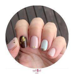 (@isa_ai)さんの、 「バレンタインよりのネイル」を紹介します💅🏻 . 〜やり方〜 ①ベースコートを塗る ②親指、中指、小指に、アディクション018番色を塗る。2コート。 ③人差し指に、デュカートのカカオを塗る。2コート。 ④薬指に、デュカートのミントカーディガンを塗る。2コート。 ⑤薬指の先端にフリーハンドでpaAA167メタリックゴールドをぬる。 ⑥親指に、クラッシュホロのゴールドのなるべく細かいものを選んで先端にランダムにのせる。 ⑦中指先端に3連ブリオンパーツをのせる。 ⑧人差し指に、スティックのりをホイルのせたい場所に塗り、ホイルをのせる。 ⑨トップコートを塗る。 . 〜使用したもの〜 ・アディクション 018 RSVP ・デュカート カカオ、ミントカーディガン ・paAA167 ・クラッシュホロ ・ブリオンパーツ ・ホイルネイル用ホイル(ゴールド) ・opi NAIL ENVY(ベースコート) ・Seche(トップコート) . 〜ポイント〜…