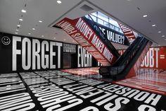 La instalación Tipografía por Barbara Kruger .