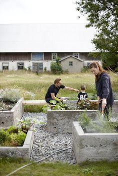 Karin Lindström: trädgård -raised stone bed -mix materials
