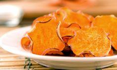 Süßkartoffelchips sind die kalorien- und fettarme Variante der beliebten Kartoffelchips. Schon mit einfachen Beigaben wie Salz, Pfeffer und Olivenöl werden sie zur Delikatesse. Ob möglichst kalorienarm oder einfach zum Genießen: Wir haben die besten Rezepte für Sie.