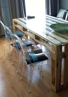 I like this in the sitting areas. small palet tables w clear or bright chairs Wooden Pallet Beds, Pallet Patio Furniture, Kitchen Furniture, Diy Furniture, Furniture Design, Distressing Painted Wood, Diy Dining Table, Furniture Makeover, Home Interior Design