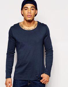 Langärmliges T-Shirt von ASOS weiches Jersey U-Ausschnitt reguläre Passform - entspricht den Größenangaben Maschinenwäsche 100% Baumwolle Model trägt Größe M und ist 178 cm/5 Fuß 10 Zoll groß