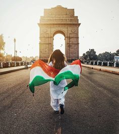 Originally called the All India War Memorial, India Gate is a war memorial which stands tall at 42 meters. Let us take a look at some of the interesting facts about India Gate. Indian Flag Wallpaper, Indian Army Wallpapers, Happy Independence Day India, Independence Day Images, National Flag India, Indian Flag Photos, Independent Day, Famous Day, Republic Day India