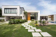 Das Haus, das wir euch heute zeigen wollen, ist ein echtes Traumhaus, das mit modernem Design, Funktion, Luxus und individuellem Charme punktet.