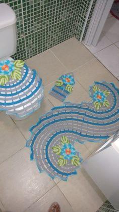 Jogo composto por 3 peças - passadeira, tampa do vaso e porta papel... Pode ser feito em qualquer cor, à escolha da cliente.
