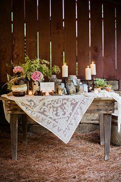 Ideia para mesa onde se vai fazer a cerimonia. Ja tenho a mesa e a toalha em renda....