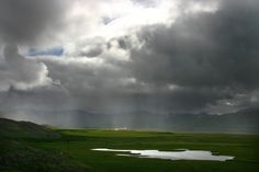 Sunshine and heavy showers on a farm in East-Iceland   por fredschalk