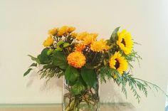 Comparte tus momentos #condeduquegente con nosotros. @flordelola2014  Hola! Estamoss. Los #girasoles que invaden nuestros #campos han sido los primeros en #volar de la flori. #nostalgiaveraniega?  #naranja y #amarillo. #dalias #verano2016 #vueltadevacaciones #jarronesbonitos #countryside en #madrid #blooms #style #interior #casasbonitas #floristeriasmadrid #flordelola #condeduque #condeduquegente #flowerslovers