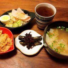 今日の夕飯(≧∇≦)  味の素中華あじと醤油のスープにワンタンの皮だけをグツグツした超ズボラなんちゃってワンタンスープ(^^;;  弁当タッパーに入りきらなかった炊き込みゴハン、ほんのひとくちだから食べちゃお〜 - 41件のもぐもぐ - 具なしワンタンスープ、残りご飯、ハム卵サラダ、いわしの生姜煮 2015.4.2 by kirahime