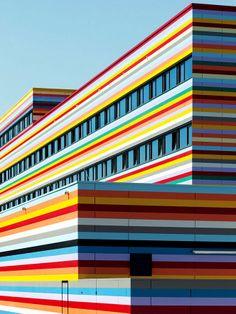 Fachada colorida do Meininger Hotel Berlin Airport