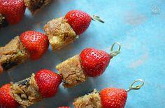 Überall & Nirgendwo: Oh Baby es gibt Spieße! Erdbeer-Blondie-White Chocolate-Spieße!