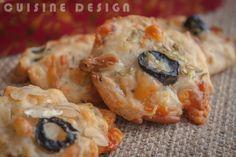 galletitas de parmesano, piñones y olivas