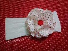 Faixa de cabelo para bebê de 0 a 3 meses. Confeccionada com meia de seda, decorada com flor de cetim. <br> <br>A faixa mede 32 cm de comprimento, contando a volta toda, sem esticar.