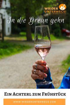 Ein alter Brauch im Frühling im Weinviertel in Österreich: In die Grean gehen und den jungen Wein verkosten. Dabei mit dem Winzer tratschen und was jausnen . Kind Und Kegel, Short Trip, Alter, Alcoholic Drinks, Influencer, Travel, Trips, Happiness, Museum