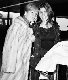 Stock Photo - Debbie Reynolds with her daughter Carrie Fisher February 1972 At Londons Heathrow Airport Dbase MSI Debbie Reynolds Carrie Fisher, Carrie Frances Fisher, Carrie Fisher Family, Princesa Leia, Female Hero, I Miss Her, Harrison Ford, Star Wars Darth, Queen