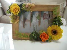 木枠のフォトフレームに、ビタミンカラーのガーベラやローズを配置した、明るいアレンジです。使用花材:ローズ、ガーベラ、あじさい、ライスフラワー、アイビー    ...|ハンドメイド、手作り、手仕事品の通販・販売・購入ならCreema。