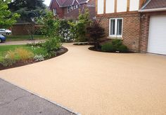 Resin Bound Gravel Driveway in Chesil colour, Warfield, Surrey installed by Clearstone Garden Ideas Driveway, Driveway Design, Garden Paving, Backyard Garden Design, Garden Paths, Permeable Driveway, Resin Driveway, Gravel Driveway, Driveway Landscaping