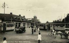 Tram op het kruispunt Passar Besar te Soerabaja 1930.