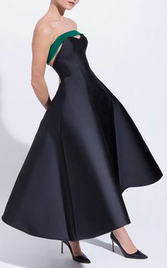 This strapless **Elzabeth Kennedy** strapless cocktail dress features a sweatheart neckline and an A-line pleated skirt.