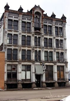 The Haunted Blissman Building in Mansfield Ohio, a national landmark-built in Home of the Brewer Hotel in the classic movie Shawshank. Old Buildings, Abandoned Buildings, Abandoned Places, Abandoned Ohio, Spooky Places, Haunted Places, Haunted Hotel, Haunted Mansion, Mansfield Ohio