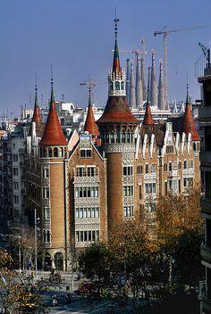 La Casa de les Punxes (Casa de los Pinchos) como es conocida, en realidad se llama Casa Terrades. http://www.viajarabarcelona.org/lugares-para-visitar-en-barcelona/casa-de-les-punxes/ #Modernismo #Barcelona