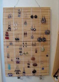 Jewelry Storage Bamboo Earring Holder - You got new blinds, but what do you do with the old ones? Use Bamboo Blinds/Woven Wood Shades to make a sunburst mirror, lampshades, light fixtures more! Jewellery Storage, Jewelry Organization, Jewellery Display, Diy Jewellery, Organization Ideas, Craft Show Displays, Craft Show Ideas, Display Ideas, Ring Displays