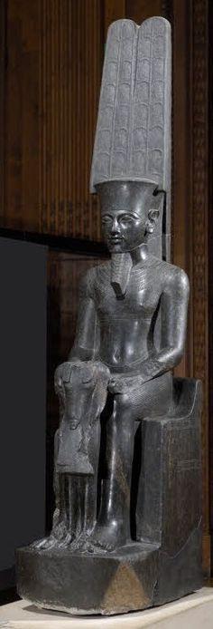 Le dieu Amon protège Toutânkhamon 1336 - 1327 avant J.-C - diorite - H. : 2,20 m. ; L. : 0,44 m. ; Pr. : 0,78 m. - Musée du Louvre - Paris