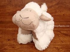 Peluche oveja blanca/marrón - 25 cm. Simpática Ovejita de peluche de color blanco y marrón de 25 cm. de ancho. Este peluche tan original puede estar estirado (tipo cojín) o ponerse sobre las 4 patas. Es muy suave y agradable al tacto.