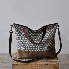 CARRY BAG  grey triangle por bookhouathome en Etsy