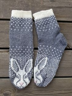 Fair Isle Knitting, Knitting Socks, Hand Knitting, Knitting Patterns, Knitted Slippers, Knitted Hats, Knit Art, Cozy Socks, Patterned Socks