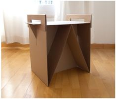 Una mueble con cartones de Ikea
