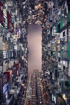 Nas grandes metrópoles os prédios não param de ficar cada vez mais altos. Agora junte os cenários urbanos ao olhar precioso de um fotógrafo. Foi o que fez o francês Romain Jacquet-Lagreze ao clicar esses momentos e reunir as imagens no livro Vertical Horizon,160 páginas.