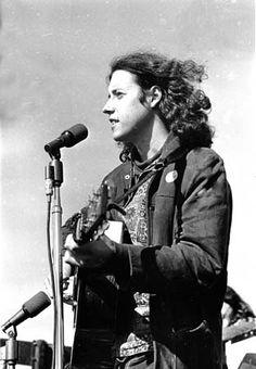 Arlo Davy Guthrie is an American folk singer. Like his late father, Woody Guthrie, Arlo is known for singing songs of protest against social injustice. Woodstock Music, Woodstock Festival, Woodstock Concert, 1969 Woodstock, Rock Roll, Esprit Hippie, Joe Cocker, Age Of Aquarius, Joan Baez