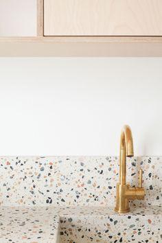 APPARTEMENT GABRIELLE par Heju Dining Room Bench Seating, Upholstered Dining Chairs, Kitchen Interior, Kitchen Decor, Kitchen Design, Grande Table A Manger, Chair Design Wooden, Terrazo, Cocinas Kitchen