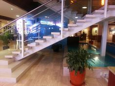Espejo de agua bajo escalera