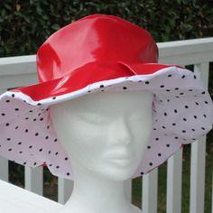 Chapeau de pluie en vinyle rouge doublé d'un coton pois  femme