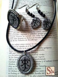 """SelerkalArt: conjunto de anillo, pendientes y colgante, de arcilla polimérica con la """"runa"""" firma de Tolkien."""