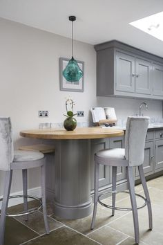 Lewis Alderson & Co, Hartley Kitchen. This beautiful curved breakfast bar has a solid oak top which contrasts with the curved cabinetry to enhance the space in this galley kitchen. Small Kitchen Tables, Kitchen Benches, Small Tables, New Kitchen, Kitchen Decor, 10x10 Kitchen, Kitchen Furniture, Diy Furniture, Classic Furniture