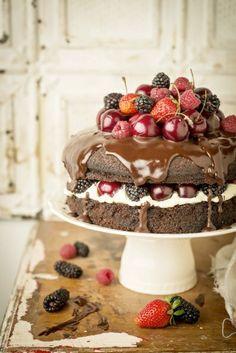 Naked Cake de chocolate com creme branco e frutas vermelhas