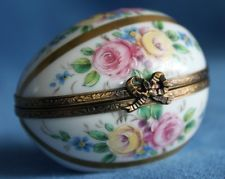 BEAUTIFUL! Vintage French Hand Painted Decor Main Limoges ROSES Egg Trinket Box