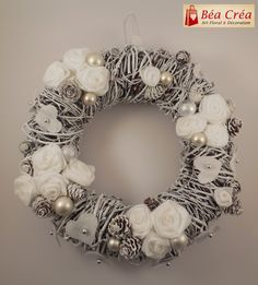 Couronne de Bienvenue pour Noël (Porte)                                                                                                                                                                                 Plus Christmas Wreaths To Make, Christmas Gift Decorations, Christmas Time, Diy And Crafts, Christmas Crafts, Holiday Decor, Natural Christmas, Silver Christmas, Christmas Jewelry