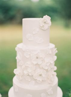all white cake with floral appliques by http://www.yummycupcakes.com.au/  Photography by leahkua.com