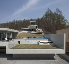 This immense modern structure is mostly made up of concrete and glass walls. It was designed by IDMM Architects as a place for rest and relaxation in the middle of nature. It is located in Hongcheon, South Korea and its construction was finalized in 2016. Surrounded by dense fauna, this building has various levels from which we can admire the view. Whether we do so from the numerous terraces or..