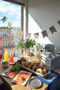 Neat idea for Bagel brunch party Brunch Mesa, Brunch Buffet, Breakfast Buffet, Brunch Food, Brunch Bar Ideas, Breakfast Ideas, Bagel Bar, Birthday Brunch, Easter Brunch