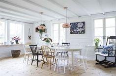 Mixat & matchat. Köket ligger i den nya delen i huset. Bordet och gungstolen har Björn ärvt av sin farmor. Stolarna är loppisfynd och lamporna över bordet kommer från Netto. En trälåda på väggen rymmer vackra loppisfynd. Den nytryckta skolplanschen på väggen är från Odd living.