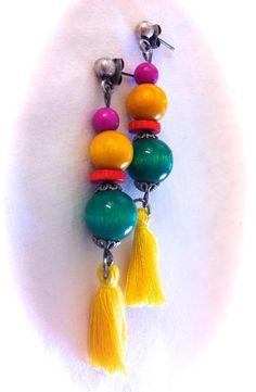 Pendientes con piezas de madera, fucsia, amarilla, naranja y verde con pompones de algodón color amarillo: 5,50€