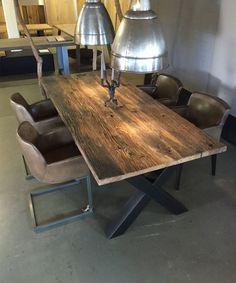 Große Auswahl an Massivholz Tischen im Showroom in Essen - Tisch aus Alteichen Wagenplanken in verschiedenen Größen erhältlich.